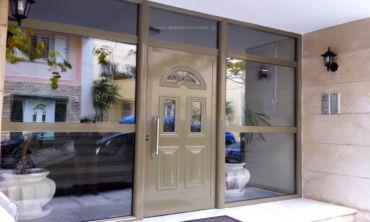 Είσοδοι αλουμινίου πόρτες με τζάμια και panel.
